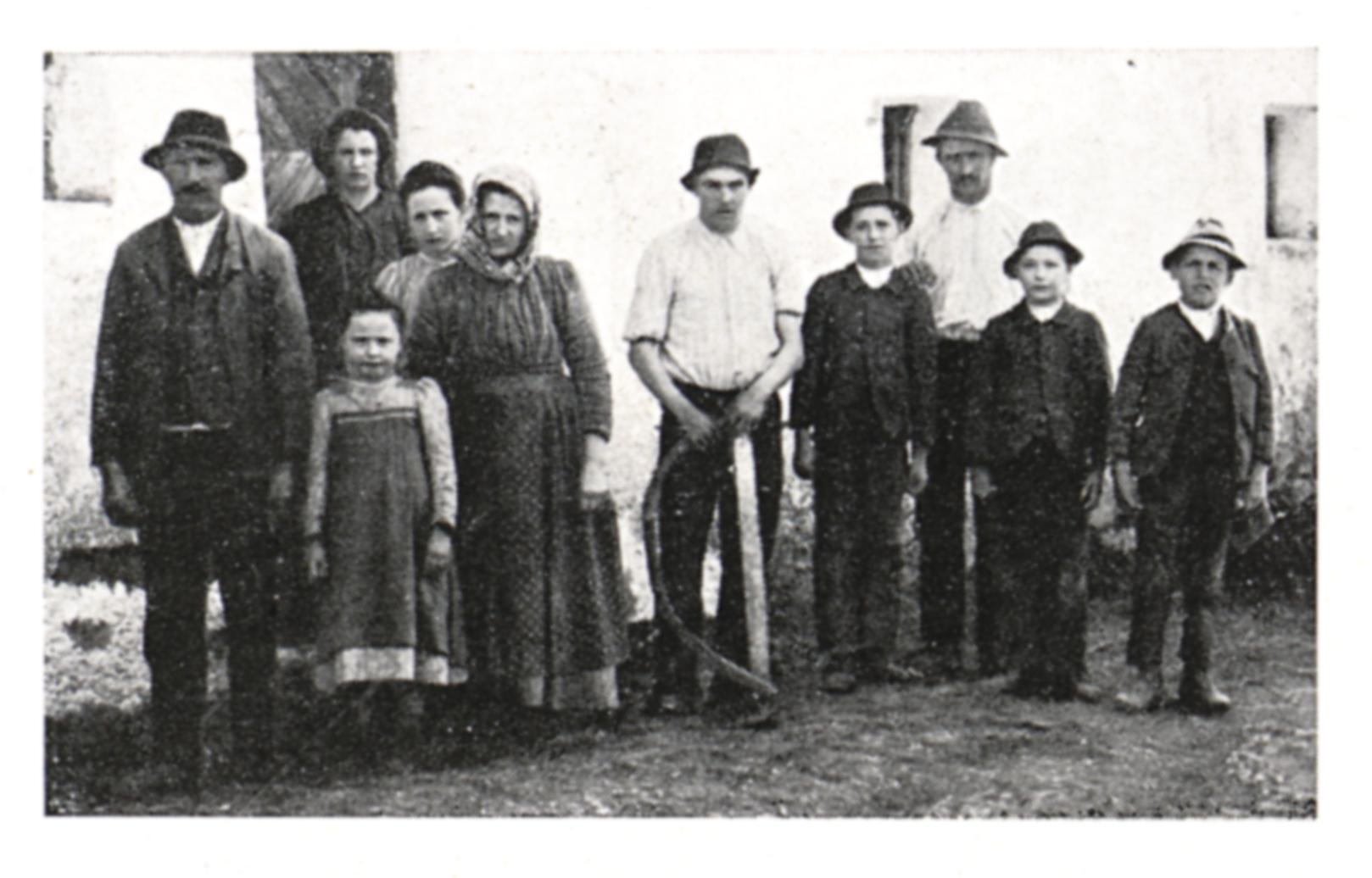 https://upload.wikimedia.org/wikipedia/commons/b/b2/044_Bauern_in_Hall_bei_Admont_im_Arbeitsgewand_-_1920.jpg